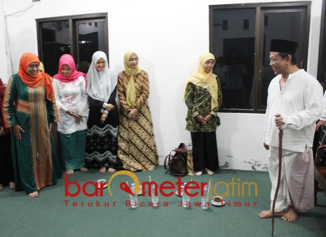 JKSN SOWAN KIAI MUNIF: KH Munif Zuhri (kanan) menyambut hangat kehadiran Dewan Pengarah JKSN, Khofifah Indar Parawansa.   Foto: Barometerjatim.com/ABDILLAH HR