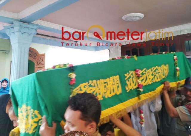 PERISTIRAHATAN TERAKHIR: Jannatun Cintya Dewi diantar menuju peristirahatan terakhir di TPU Desa Suruh, Sukodono, Sidoarjo.   Foto: Barometerjatim.com/RADITYA DP