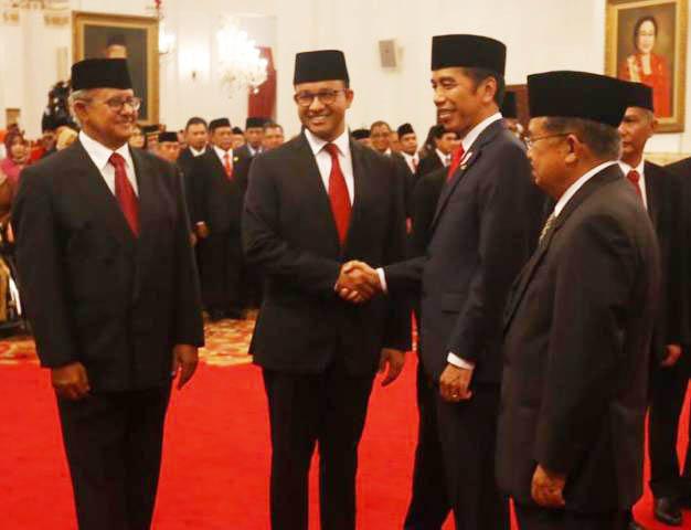 SALAMI ANIES BASWEDAN: Presiden Joko Widodo menyalami Anies Baswedan usai menyerahkan penghargaan untuk kakeknya, Abdurrahman Baswedan.   Foto: Humas Kemensos