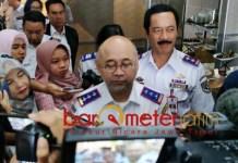 BARU WACANA: Fattah Jasin (kanan) mendampingi Bambang Prihartono saat memberikan keterangan pers terkait wacana penerapa skema ganjil genap di Jatim. | Foto: Barometerjatim.com/ABDILLAH HR