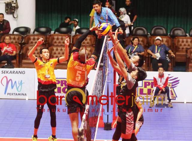 BEREBUT BOLA: Pemain Bhayangkara Samator Surabaya, Mahfud Nurcahyadi (4) dan Yosvani Gonsalez Nicolas (5) mencoba merebut bola dari pemain Jakarta Garuda, Sabtu (15/12). | Foto: Barometerjatim.com/ DANI IQBAAL
