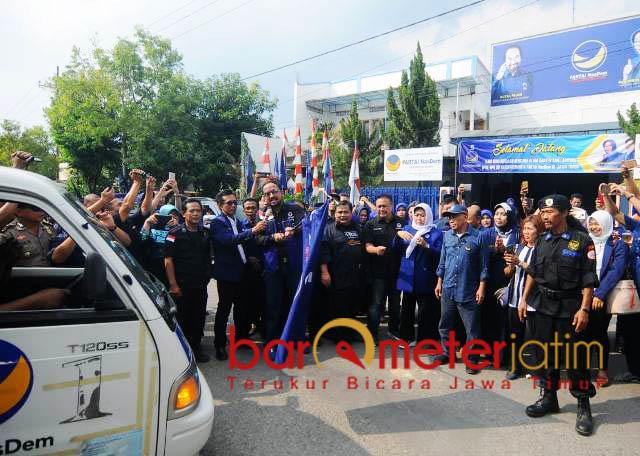 Pelepasan armada bantuan di kantor DPD Partai Nasdem Kabupaten Ngawi. | Foto: Barometerjatim.com/natha lintang