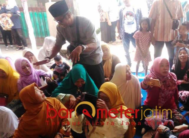 Nihil. Tas ibu-ibu diperiksa setelah ada yang kehilangan dompet.   Foto: Barometerjatim.com/natha lintang