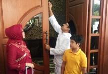 Gus Ipul dan keluarga pamit, meninggalkan rumah dinas Wagub Jatim. | Foto: Ist