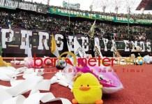 Aksi simpatik! Puluhan ribu boneka dilepar Bonek dari tribun penonton. | Foto: Barometerjatim.com/dani iqbaal