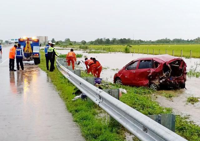 Inilah mobil yang mengalami kecelakaan di Tol Madiun-Ngawi. | Foto: Barometerjatim.com/natha lintang
