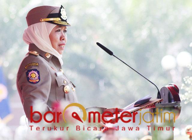 Khofifah menjadi inspektur upacara saat HUT ke-69 Satpol PP di Madiun.   Foto: Barometerjatim.com/abdillah hr