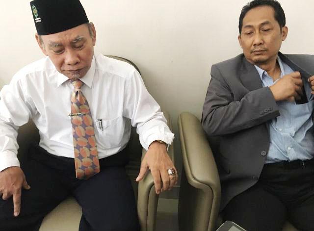 Ma'shum Nur Alim (kiri), mahasiswa tak punya hak menolak gelar doktor Soekarwo.   Foto: Ist