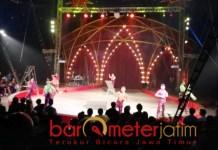 Show Oriental Circus Indonesia di Surabaya disambut meriah. | Foto: Barometerjatim.com/wira harlijadi