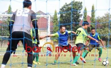 Pemain Persebaya berlatih di lapangan Polda Jatim, Rabu (20/3/2019). | Foto: Barometerjatim.com/Dani Iqbaal