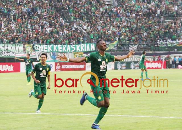 Selebrasi! Amildo Balde usai mencetak gol ke gawang PS Tira Persikabo. | Foto: Barometerjatim.com/dani iqbaal