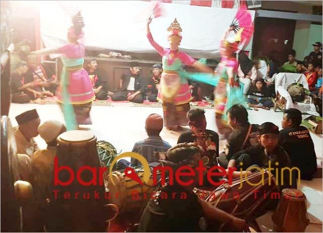 Penyambutan pusaka reog asli Ponorogo dalam kirab di Jember. | Foto: Barometerjatim.com/roy hs