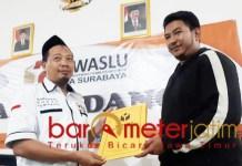 Pelaporan BH ke Bawaslu Surabaya atas dugaan penggunaan dana reses untuk kampanye.   Foto: Barometerjatim.com/natha lintang
