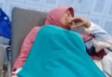 Salah seorang wanita petugas KPPS di Lamongan yang mengalami keguguran saat bertugas. | Foto: Ist