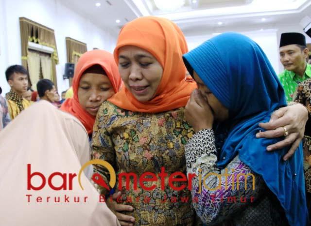 Khofifah berikan santunan ahli waris petugas Pemilu yang meninggal saat tugas. | Foto: Barometerjatim.com/marjan