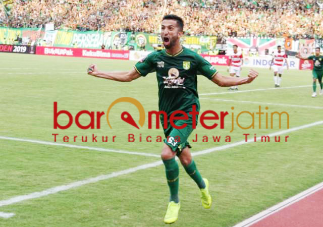 Selebrasi! Manuchehr Jalilov usai cetak gol ke gawang Madura United.   Foto: Barometerjatim.com/dani iqbaal