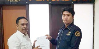 Kuasa hukum DPC PDIP Surabaya, Anas Karno (kiri) melaporkan Bawaslu Surabaya ke DKPP. | Foto: Ist