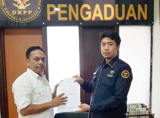 Kuasa hukum DPC PDIP Surabaya, Anas Karno (kiri) melaporkan Bawaslu Surabaya ke DKPP.   Foto: Ist