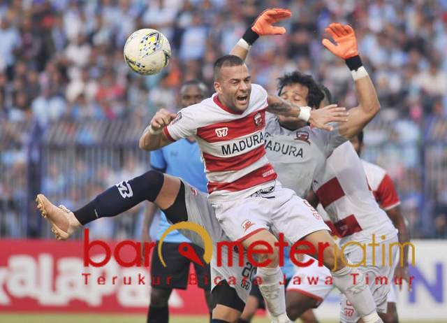Alexander Rakic dan Ridho halau bola tendangan pemain Persela. | Foto: Barometerjatim.com/dani iqbaal