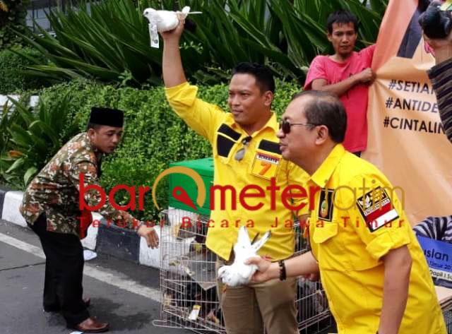 Priyo Budi Santoso (kanan) melepas Murung Merpati di Bundaran Waru. | Foto: Barometerjatim.com/abdillah hr