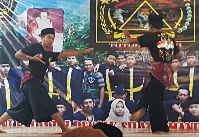 Dua pendekar pencak silat Tjimande adu jurus dalam silaturahim PPTI Jember. | Foto: Ist