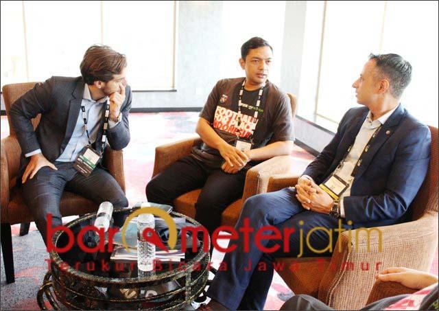 Pertemuan khusus Gus Hans (tengah) dengan Ivan Codina (kanan) dan Rodrigo G Abad di Malaysia. | Foto: Barometerjatim.com/roy hs