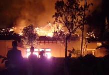 Kantor Polsek Tambelangan, Sampang, Madura dibakar massa, Rabu (22/5) malam. | Foto: Ist