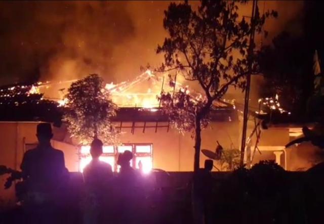 Kantor Polsek Tambelangan, Sampang, Madura dibakar massa, Rabu (22/5) malam.   Foto: Ist