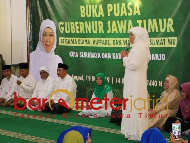 Khofifah buka puasa bersama anak yatim di Masjid Ampel Surabaya. | Foto: Barometerjatim.com/marjan ap