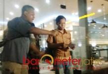 Korban pemukulan pilot Lion Air usai melapor ke Polrestabes Surabaya. | Foto: Barometerjatim.com/natha lintang