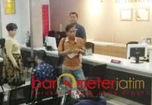 Korban pemukulan pilot Lion Air melapor ke Polrestabes Surabaya. | Foto: Barometerjatim.com/natha lintang
