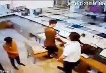 Pemukulan terhadap pegawai hotel yang dilakukan pilot Lion Air di hotel di Surabaya. | Foto: Capture video