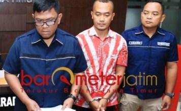 Hairil Anwar (tengah) ditangkap Polda Jatim karena ancam bunuh Jokowi.   Foto: Barometerjatim.com/natha lintang