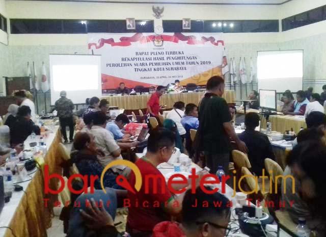 Rekapitulasi suara tingkat Surabaya. PDIP pertahankan 15 kursi.   Foto: Barometerjatim.com/natha lintang