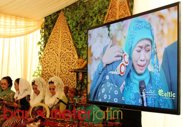 TANGIS HARU: Khofifah saat prosesi siraman putrinya sehari sebelum akad nikah. | Foto: Barometerjatim.com/ROY HS
