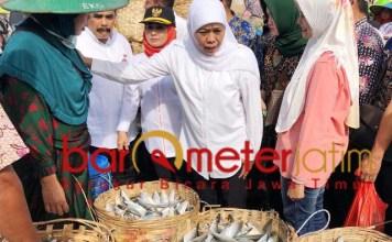 HARGA ANJLOK: Berkunjung ke Lamongan, Khofifah dicurhati soal harga ikan bandeng yang anjlok. | Foto: Barometerjatim.com/HAMIM ANWAR