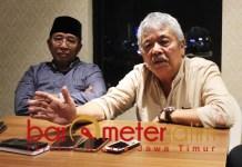 DUKUNGAN: Sri Setyadji (kanan) dan Haji Masnuh, dukung Gus Hans maju Pilwali Surabaya.   Foto: Barometerjatim.com/ROY HS