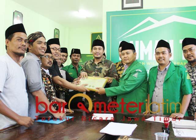 MAJU KETUA ANSOR JATIM: Gus Abid menyerahkan berkas pendaftaran ketua Ansor Jatim. | Foto: Barometerjatim.com/ROY HS
