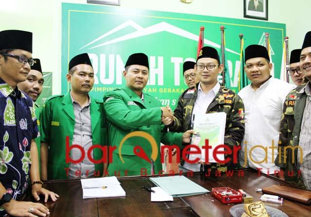 MENDAFTAR: Gus Syafiq menyerahkan berkas pendaftaran calon ketua Ansor Jatim. | Foto: Barometerjatim.com/ROY HS