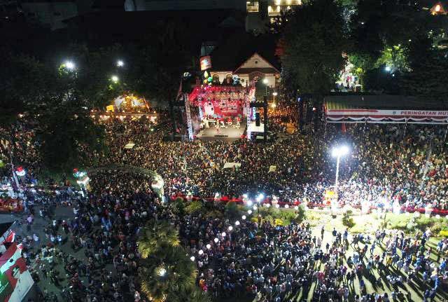 MERIAH: Ribuan orang membanjiri semarak HUT ke-74 RI yang digelar Pemprov Jatim. | Foto: IST
