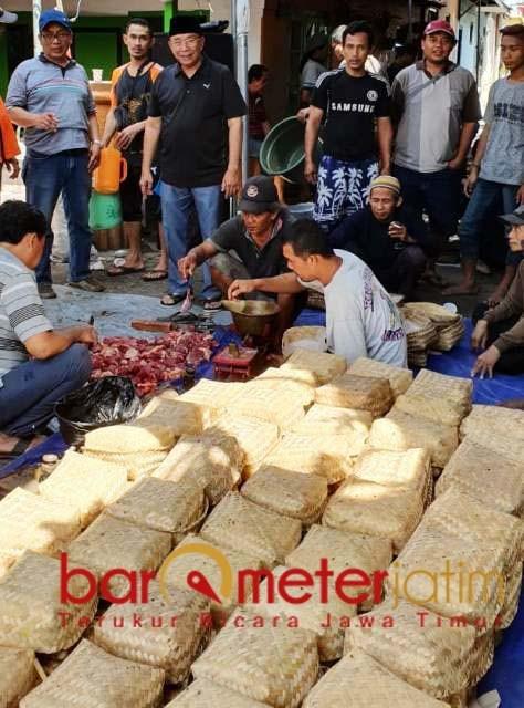 PAKAI BESEK: Daging kurban dikemas pakai besek untuk menekan penggunaan plastik.   Foto: Barometerjatim.com/ROY HS