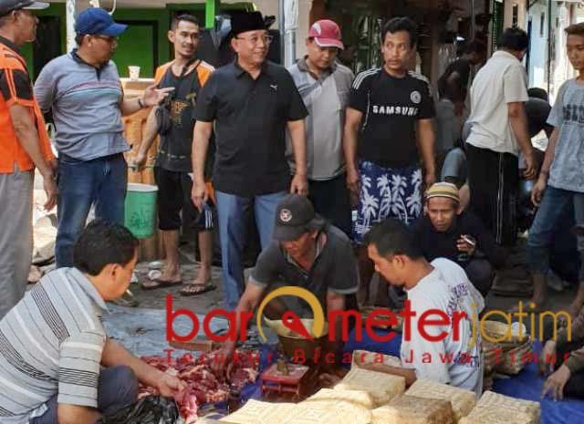 IDUL ADHA: Haji Masnuh (berkopiah), tahun ini kurban 7 ekor sapi dan 2 kambing.   Foto: Barometerjatim.com/ROY HS