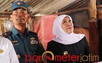BEDAH RUMAH: Khofifah dan Tedjo Sukmono menyambangi rumah Asmawati-Yusuf di Lamongan. | Foto: Barometerjatim.com/HAMIM