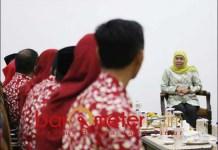 GURU TELADAN: Khofifah menerima 31 guru teladan yang akan berlomba di tingkat nasional. | Foto: Barometerjatim.com/ABDILLAH
