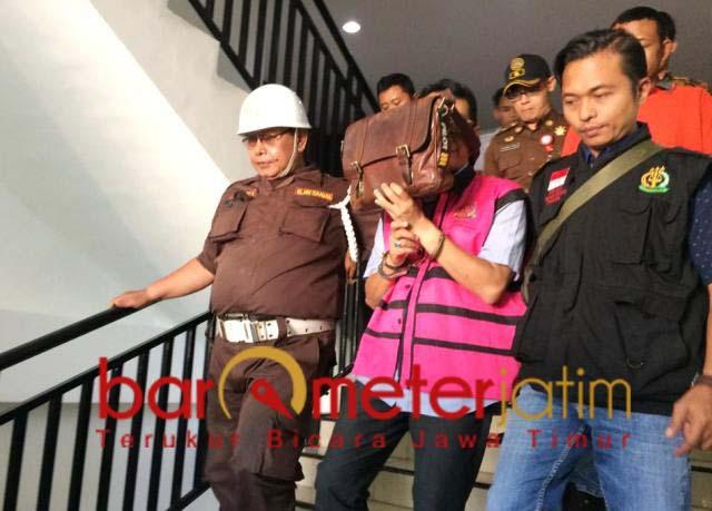 PUNGLI: Kasus pungli izin pertambangan, Ali Hendro Santoso ditahan Kejari Surabaya.   Foto: Barometerjatim.com/ABDILLAH HR