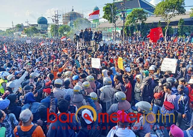KEMBALI KE JALAN: Puluhan ribu mahasiswa menggelar aksi di depan Gedung DPR Jatim. | Foto: Barometerjatim.com/NANTHA LINTANG