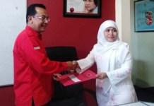 PILWALI SURABAYA: Dwi Astuti mengambil formulir penjaringan di DPD PDIP Jatim. | Foto: Barometerjatim.com/HAMIM ANWAR
