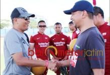 LAGA PERDAMAIAN: Gus Hans (kanan) menyalami Irvan Widiyanto di acara Football for Peace Festival. | Foto: Barometerjatim.com/ROY HS