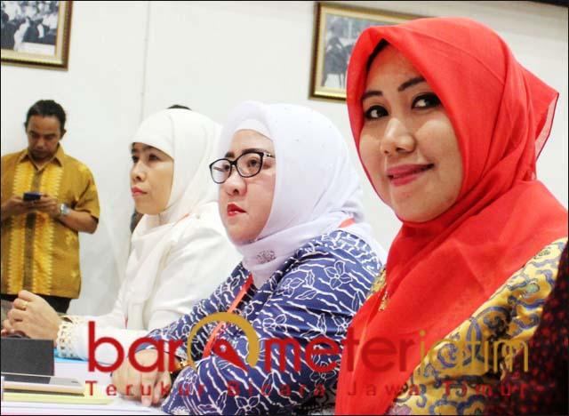 PILWALI SURABAYA: Lia Istifhama (kanan) dan Dwi Astuti (kiri) ikut fit and proper tes PDIP. | Foto: Barometerjatim.com/ROY HS