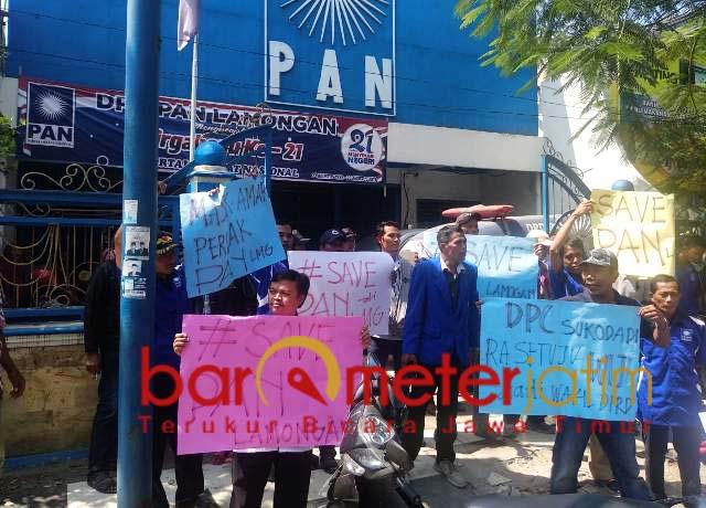 BERONTAK: Kader PAN Lamongan memprotes keputusan DPP soal nama calon pimpinan dewan. | Foto: Barometerjatim.com/HAMIM ANWAR